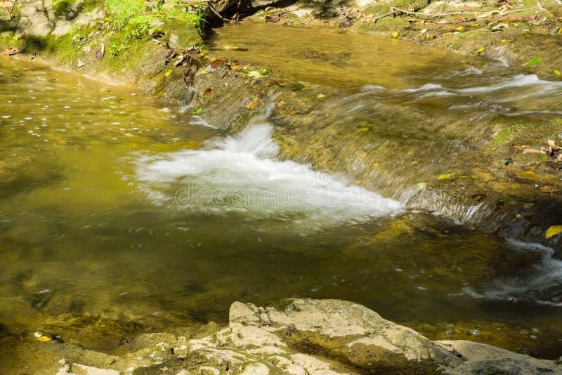 Liten vattenfall på Cedar Creek arkivbilder