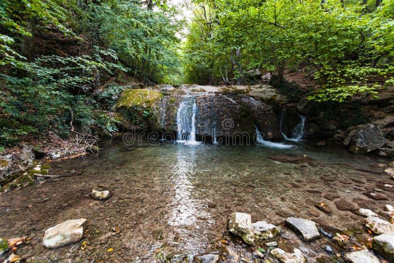Liten vattenfall på den Ulu-Uzen floden i den Haphal klyftan arkivbild