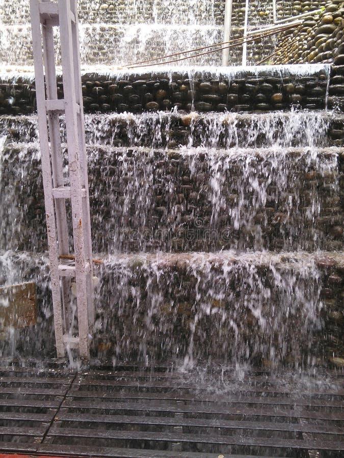 Liten vattenfall på trappa royaltyfri bild