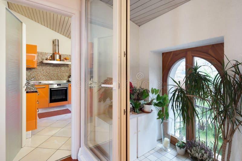 Liten veranda med dekorativa växter arkivfoton