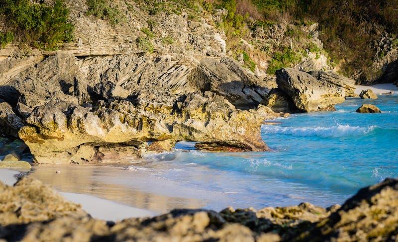 Liten vik längs den Bermuda kustlinjen royaltyfria foton