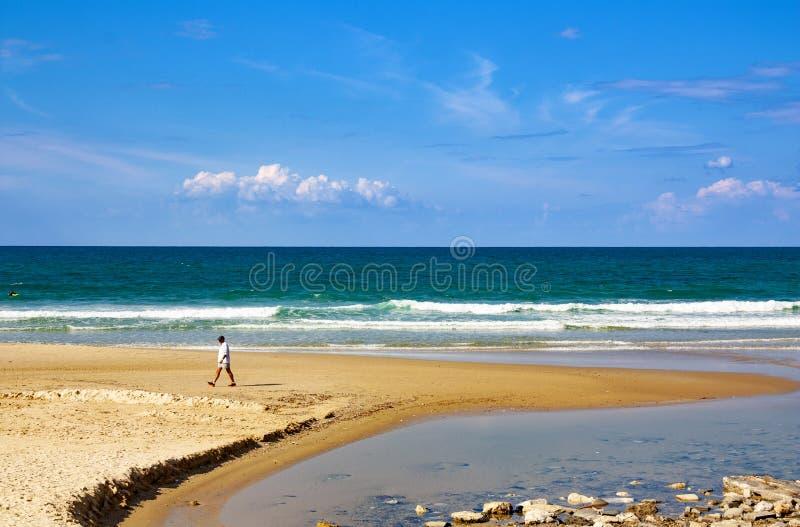 Liten liten vik på havskusten som bildas av vågor royaltyfri bild
