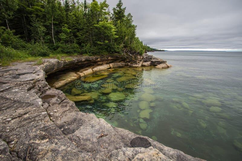 Liten vik på kusten av Lake Superior i Michigan fotografering för bildbyråer