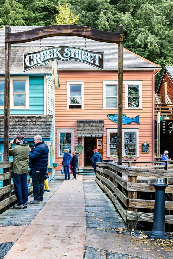 Liten vikgata, populärt shoppa läge för turister i Ketchikan Alaska arkivfoto