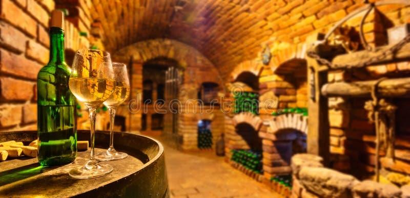 Liten vinkällare med flaskan och exponeringsglas av vin royaltyfria foton