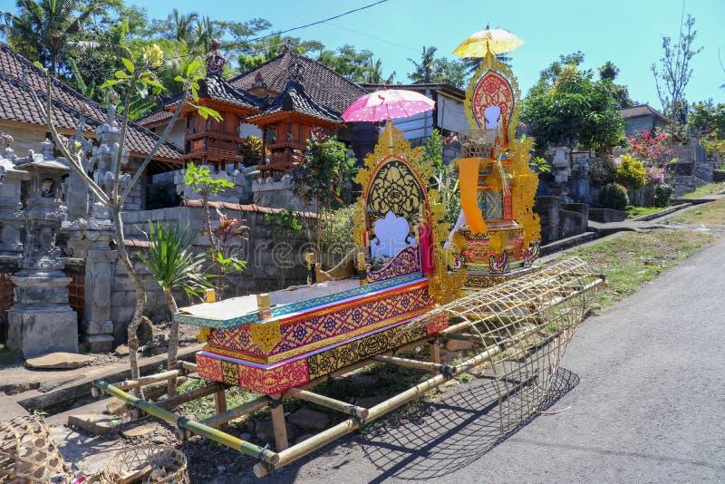 Litera de bambú del entierro Durante el ritual fúnebre, los creyentes hindúes consideran el cuerpo del difunto ser féretro ilustración del vector