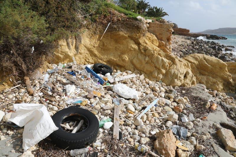Litera y neumáticos viejos en la orilla de mar imágenes de archivo libres de regalías