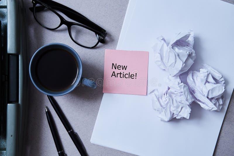 Literatur-, Autorn- und Verfasser-, Schreibens- und Journalismuskonzept: Schreibmaschine, Kaffee und Gläser und Papier mit Aufkle lizenzfreies stockfoto