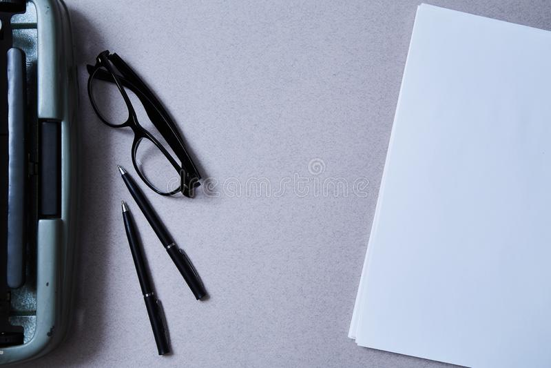 Literatur-, Autorn- und Verfasser-, Schreibens- und Journalismuskonzept: Weinleseschreibmaschine und Gläser und ein leeres Blatt  stockfoto
