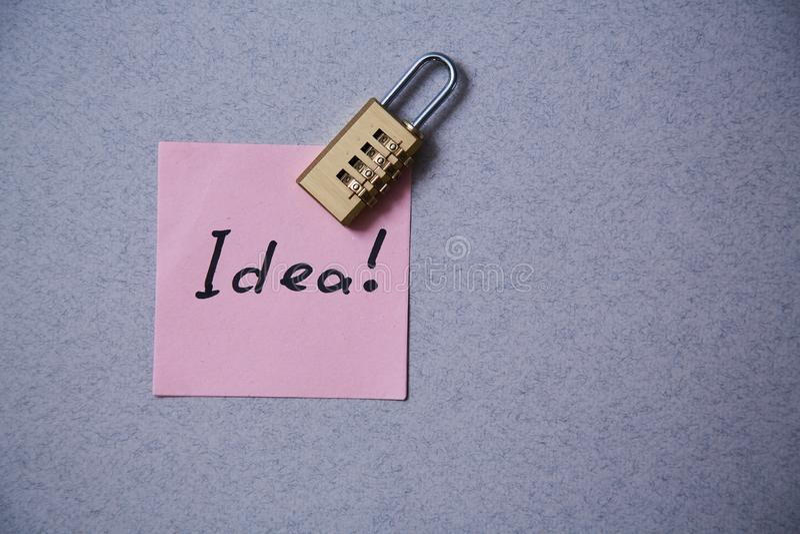 Literatura, autor y escritor, escritura y periodismo o concepto del periodista: etiqueta engomada con la idea y la cerradura de l imagen de archivo libre de regalías