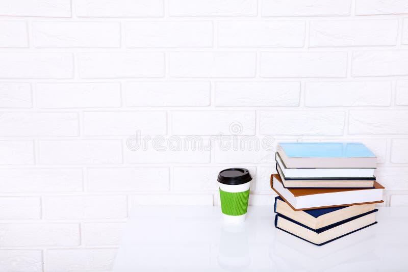 Literatura de la educación Taza de café y de libros en la tabla en una clase Espacio de la visión superior y de la copia Foco sel imágenes de archivo libres de regalías