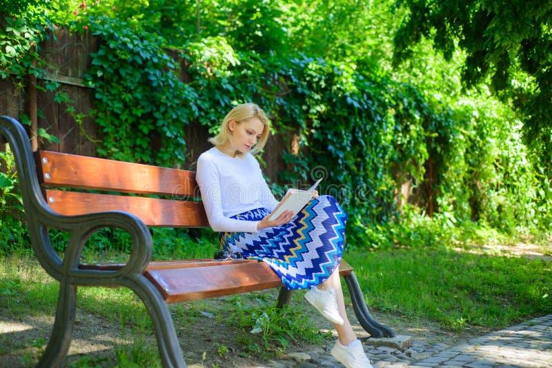 Literatura de la lectura como afición La última mejor muchacha de la lista de libros sienta el banco que se relaja con el libro,  imagen de archivo libre de regalías