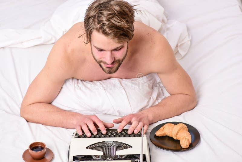 Literatura erótica Rutina diaria del escritor El autor hermoso del escritor utilizó la máquina de escribir manual pasada de moda  imágenes de archivo libres de regalías