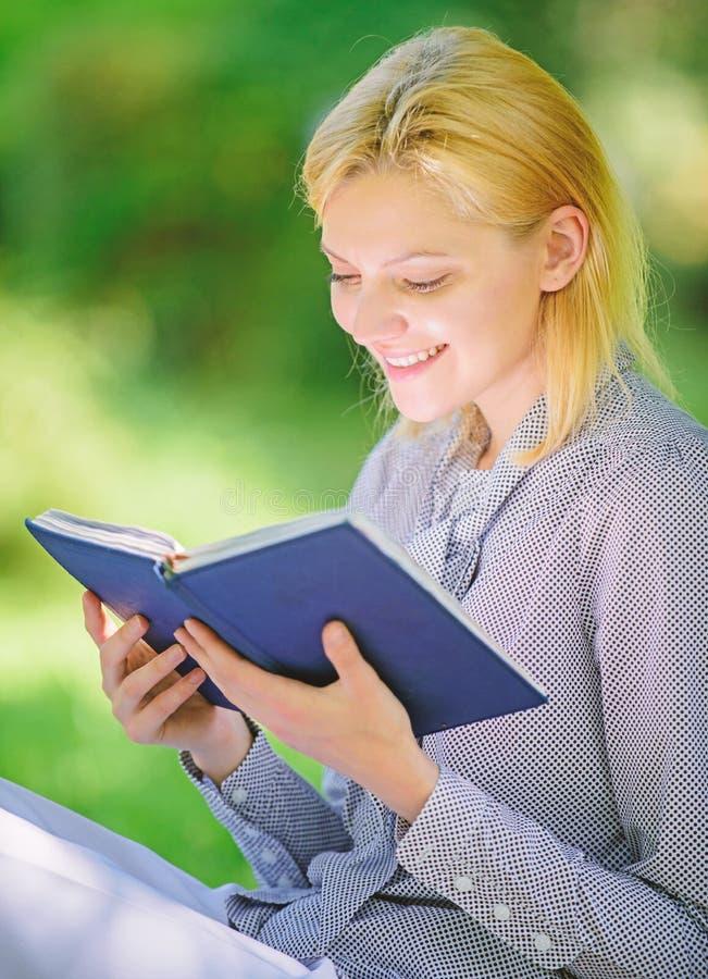 Literatura femenina Relaje el ocio un concepto de la afición Los mejores libros del esfuerzo personal para las mujeres Libros que imagen de archivo libre de regalías