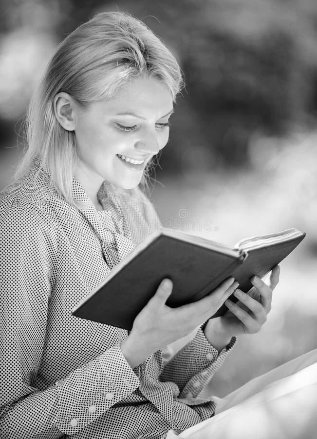 Literatura femenina Relaje el ocio un concepto de la afici?n Los mejores libros del esfuerzo personal para las mujeres Libros que imagen de archivo libre de regalías