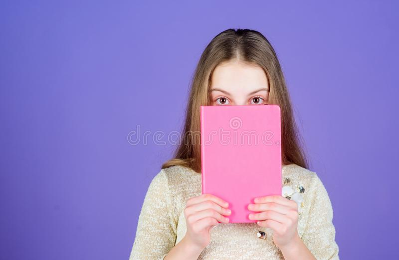 Literatura impresa Cara adorable de la cubierta del pequeño niño con el libro de la literatura de niños Pequeño libro de lect imagen de archivo