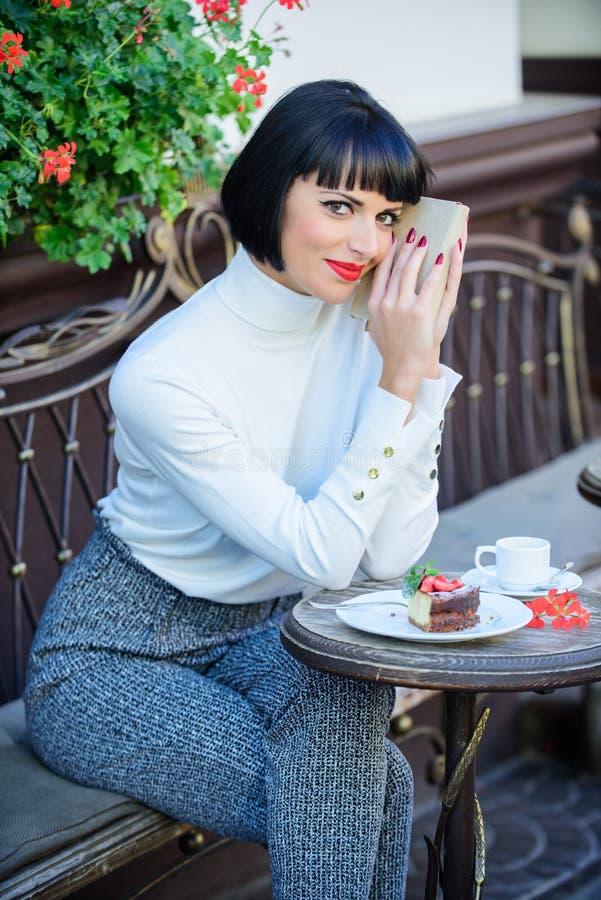 Literatura moderna para a fêmea A senhora do negócio leu o livro durante a ruptura de café Café e bom livro para o fim de semana  foto de stock royalty free