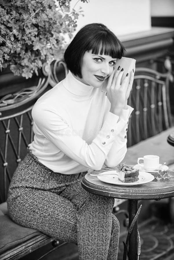 Literatura moderna para la hembra La señora del negocio leyó el libro durante descanso para tomar café Café y buen libro para el  foto de archivo