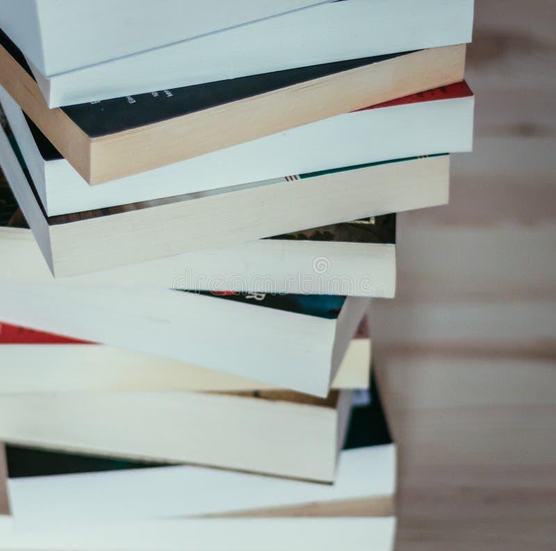 Literatura para el estudio: Pila de libros en el tablero de madera foto de archivo libre de regalías