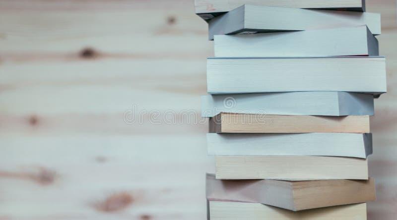Literatura para el estudio: Pila de libros en el tablero de madera imágenes de archivo libres de regalías