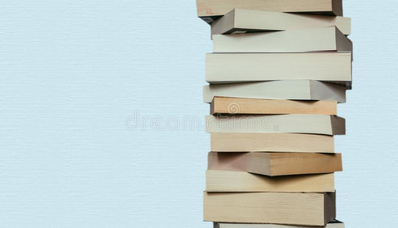 Literatura para el estudio: Pila de libros; fondo azul imagenes de archivo