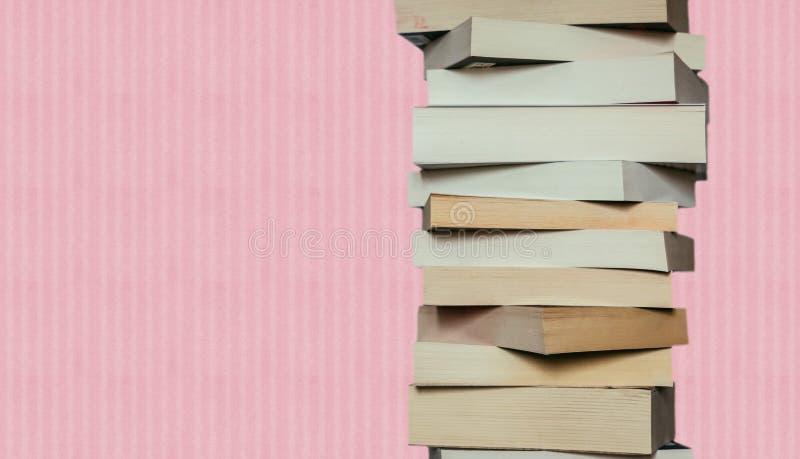 Literatura para el estudio: Pila de libros; fondo rosado imagen de archivo