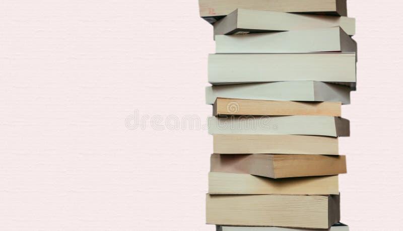Literatura para el estudio: Pila de libros; fondo rosado imágenes de archivo libres de regalías