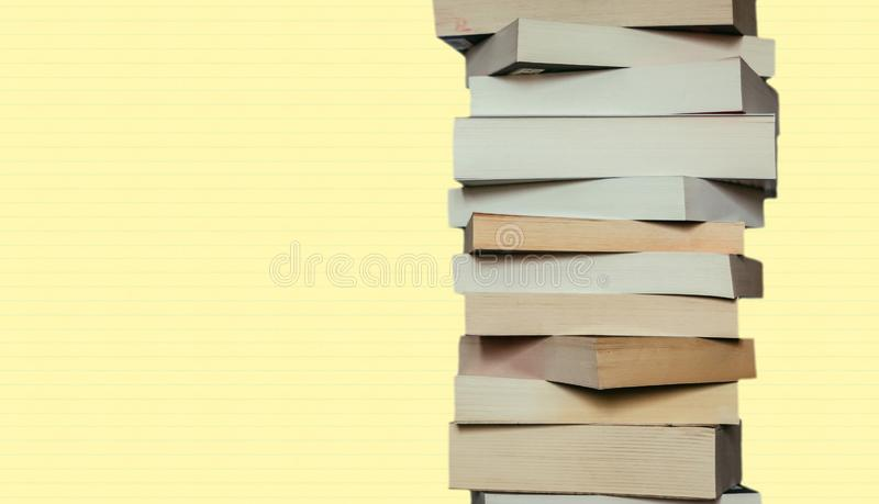 Literatura para el estudio: Pila de libros; yellowbackground fotografía de archivo libre de regalías