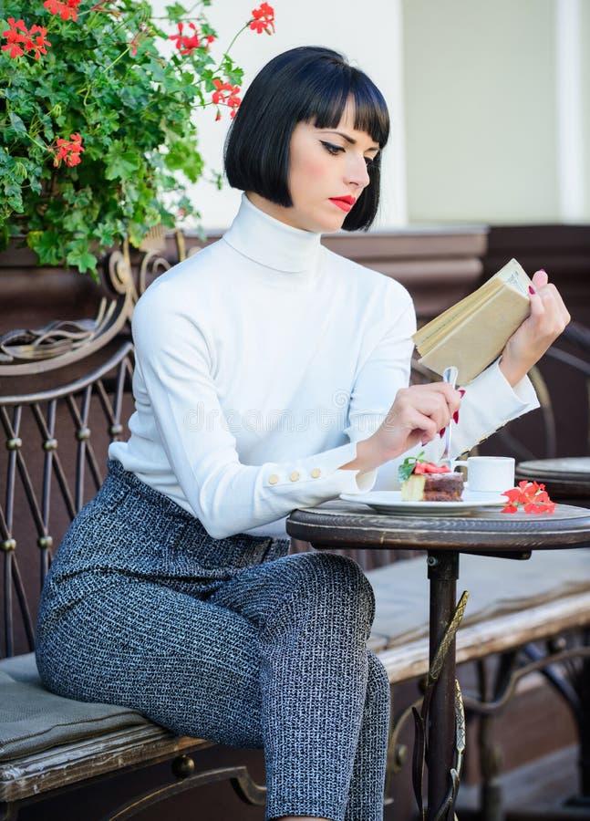 Literatura para la hembra Taza combinación del buen café y del libro agradable de la mejor para el fin de semana perfecto El café foto de archivo