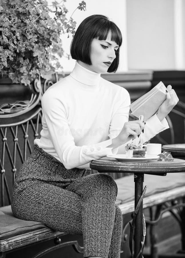 Literatura para la hembra Taza combinaci?n del buen caf? y del libro agradable de la mejor para el fin de semana perfecto El caf? imagen de archivo