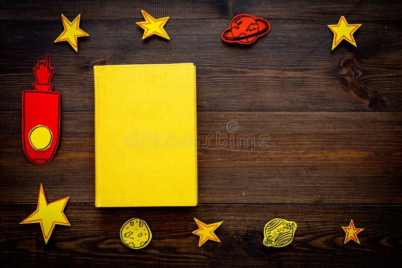 Literatura para los niños Fantactic, historia de la ficción Reserve con la cubierta en blanco cerca del recorte del cohete, estre foto de archivo libre de regalías