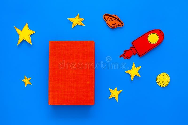 Literatura para los niños Fantactic, historia de la ficción Reserve con la cubierta en blanco cerca del recorte del cohete, estre fotografía de archivo