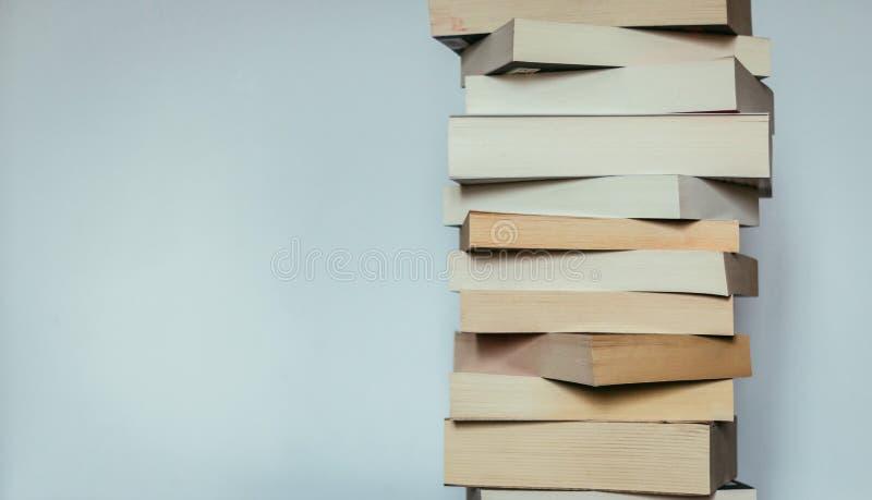 Literatura para o estudo: Pilha de livros; fundo cinzento foto de stock royalty free
