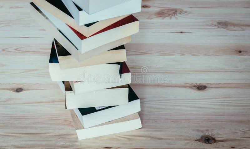 Literatura para o estudo: Pilha de livros na placa de madeira imagem de stock royalty free