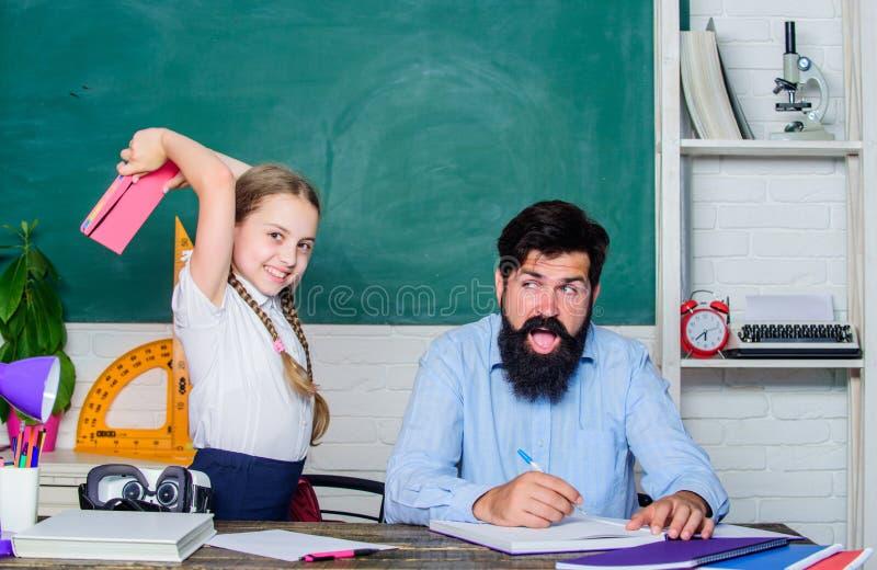 Literatury lekcja Intymna lekcja mały dziewczyny dziecko z brodatym nauczyciela mężczyzną w sali lekcyjnej Wiedza Dzie? Domowy uc zdjęcie royalty free