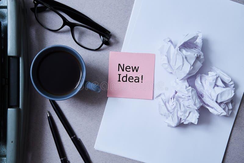Literatuur, auteur en schrijver, het schrijven en journalistiekconcept: schrijfmachine, koffie en glazen en document met sticker stock foto