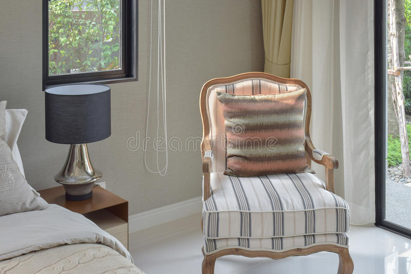 Literie classique de style avec la chaise longue facile dans la chambre à coucher confortable image libre de droits