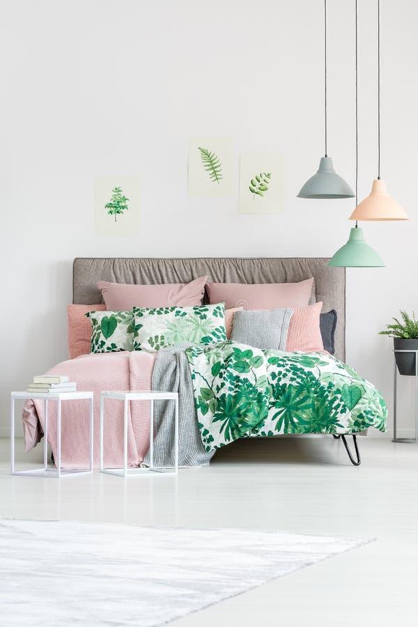 Literie florale sur le lit grand photos stock