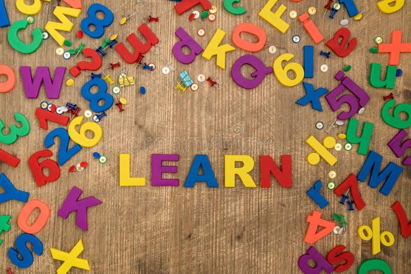 Litery z tworzywa sztucznego z pisownią słowa LEARN zdjęcie royalty free