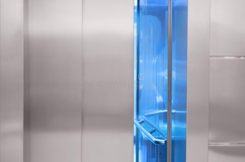 Litet öppen hissdörr i gallerian royaltyfria bilder