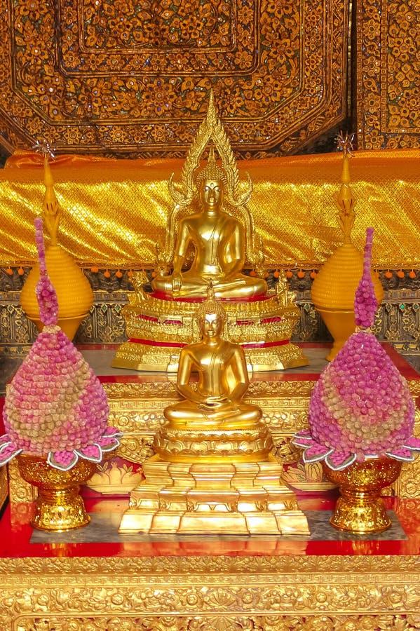 Litet altare av dyrkan till Buddha på Wat Phra Kae, tempel av Emerald Buddha royaltyfria bilder