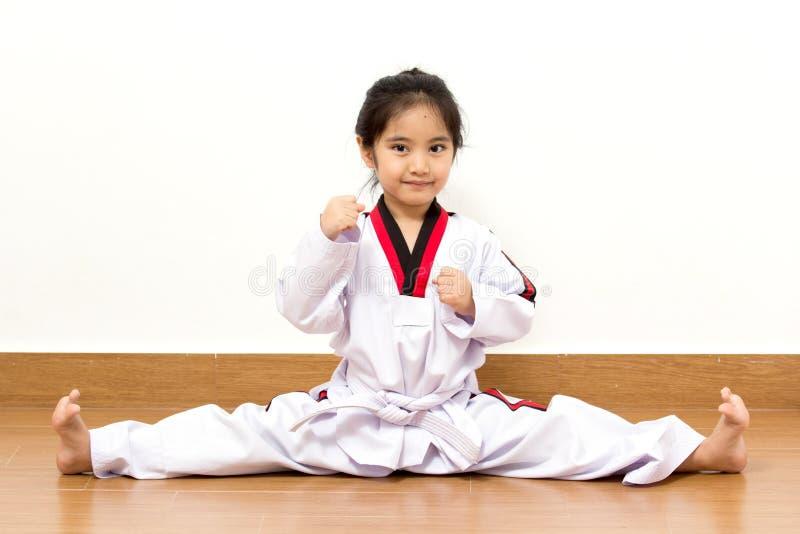 Litet asiatiskt barn i stridighethandling royaltyfri bild