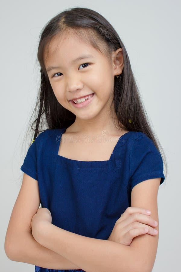 Litet asiatiskt barn i thailändsk traditionell klänning royaltyfria foton