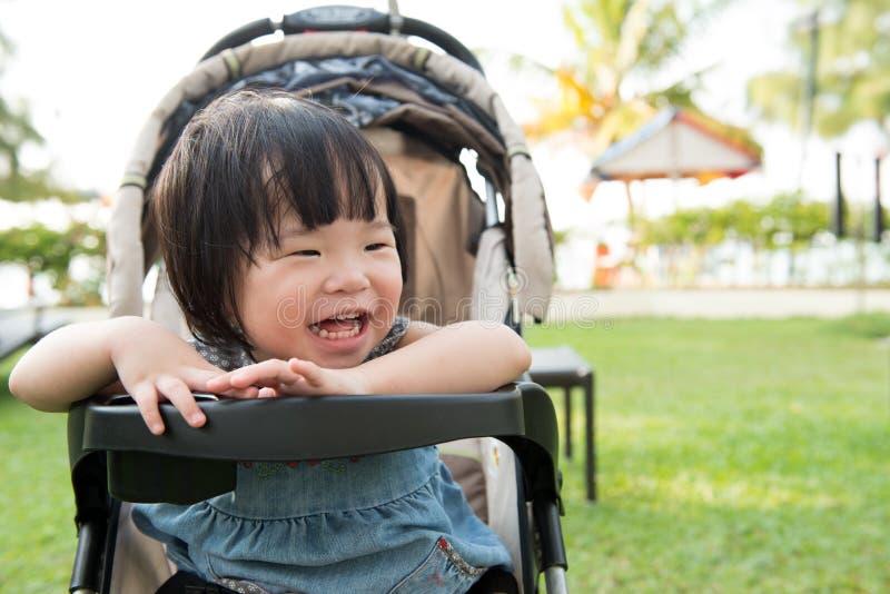 Litet asiatiskt litet barn fotografering för bildbyråer