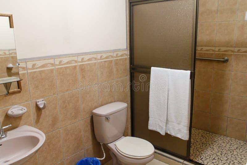 Litet badrum från ett nicaraguanvandrarhem royaltyfria foton