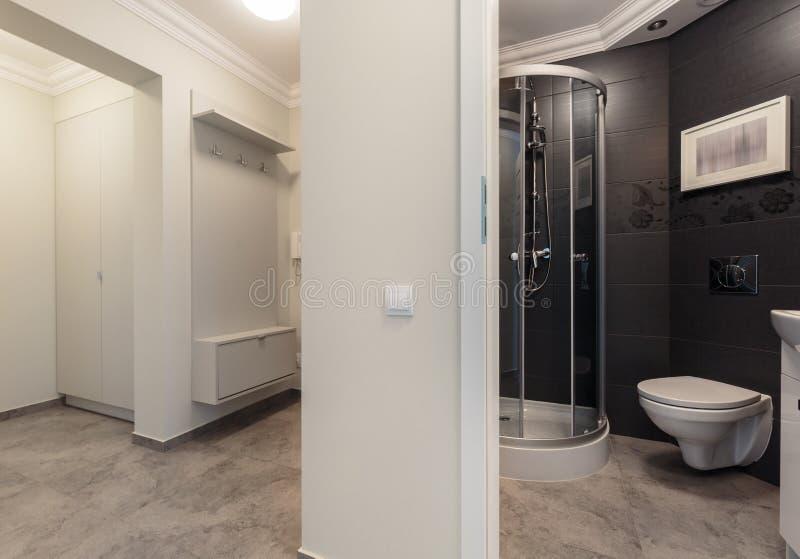 Litet badrum som förläggas i korridor royaltyfria foton