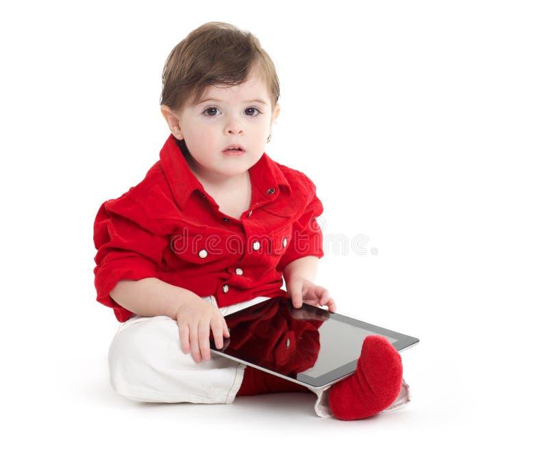 Litet barn behandla som ett barn genom att använda med tableten arkivfoton