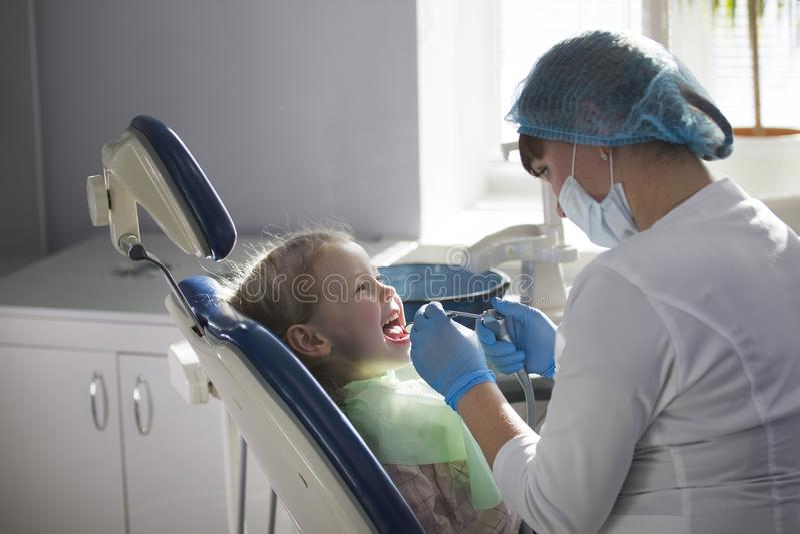 Litet barn i stomatologystol - barntandläkekonst arkivfoton