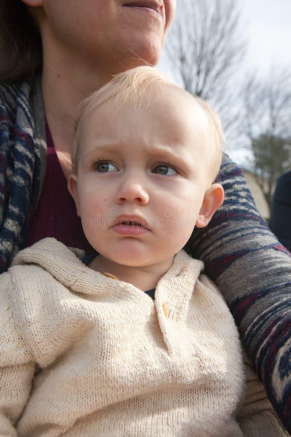 Litet barn med bekymrat uttryck royaltyfria foton