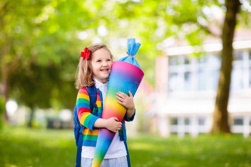 Litet barn med godiskotten p? den f?rsta skoladagen royaltyfri bild